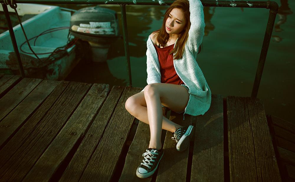 スニーカーを履いた女の子